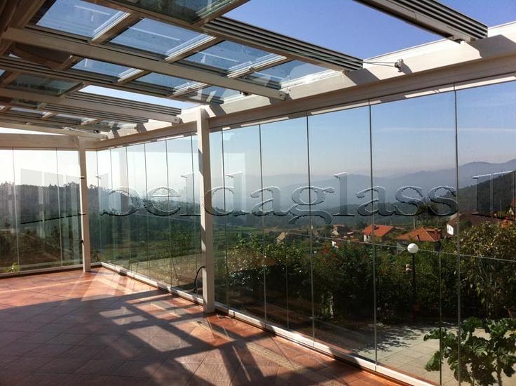 Cerramiento de terraza compuesto de techo movil deslizante de cristal y cortina de cristal,