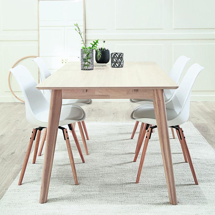Un dining în stil Classic Living cu masă de dining KALBY și scaune KLARUP: