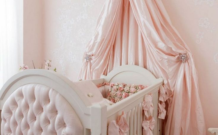 decoración de color  rosa y cama de madera moderna
