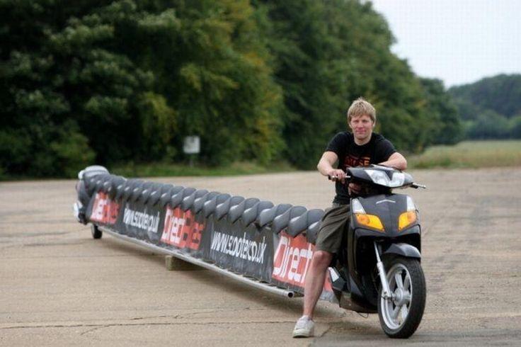 8 La más larga. El plomero Colin Furze creó una motocicleta del largo de un campo de tenis, la más larga del mundo y que se incluyó en el libro de Récord Guinness. El increíble móvil tiene 22 metros de largo, un estanque de scooter de 125 cc. y puede transportar a 25 personas. Su creador tiene 31 años y se dedica a la plomería, pasó un mes en el garage de su madre mientras se enfrascaba en la construcción de la motocicleta, con el propósito de batir el anhelado récord.