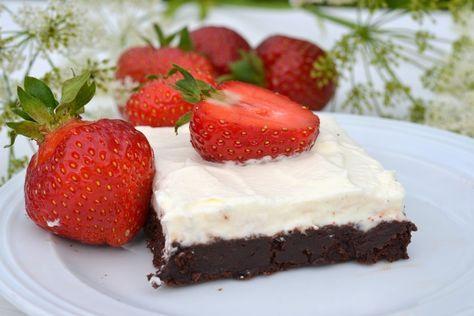 Ibland är det ju faktiskt så att det enklaste är också det godaste. Så är det i detta fallet när det kommer till denna dessert.En kompakt, kladdig och kraftigt chokladsmakande brownie med lite lättvispad grädde och färska jordgubbar kan både smaka gudomligt men också se väldigt vackert ut. Och