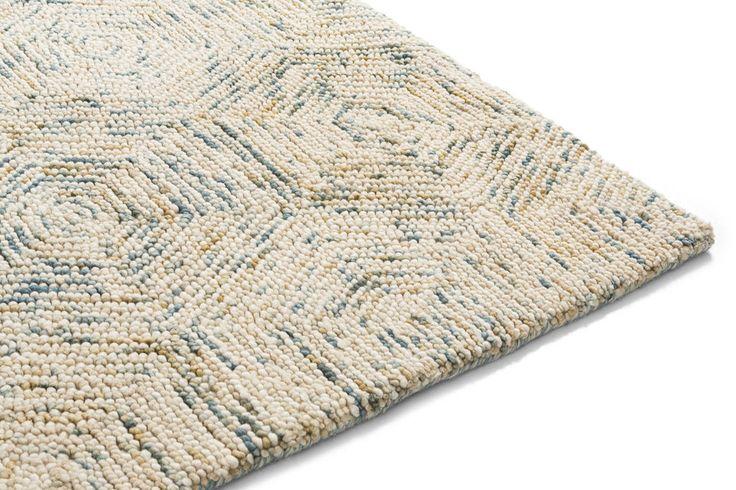 Breng warmte in huis met vloerkleed Mart. Dit vloerkleed bestaat voor 100% uit wol. Om te voorkomen dat het vloerkleed gaat pluizen wordt gebruik gemaakt van getwijnde draden. Dit is een techniek waarbij meerdere draden in elkaar worden gedraaid tot één draad. Met vloerkleed Mart haal je dus niet alleen warmte, maar ook kwaliteit in huis. En door het bijzondere patroon en de moderne kleurstellingen is het ook nog eens een heel fijn om naar het vloerkleed te kijken.