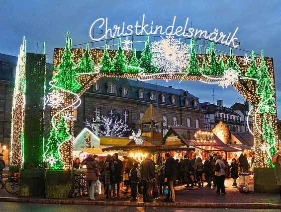 Il mercatino di Natale di Strasburgo è tra i più antichi d'Europa: contende lo scettro di longevità a quelli di Norimberga e Dresda con i quali condivide la