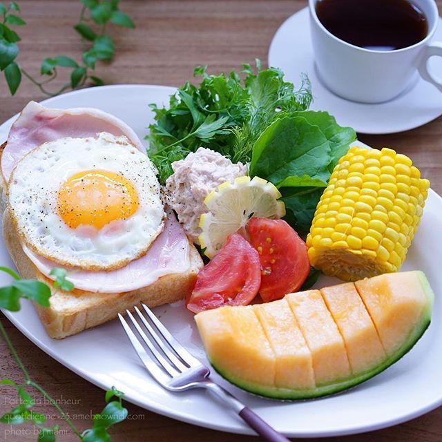 Ham Egg toast . 『 ハムエッグトースト 』. . . おはようございます〜♬ . のんびり朝ごはんの今日は . ハムエッグトースト . シンプルだけど美味しかった〜 . あとは ツナサラダに今年初の . トウモロコシにメロン . トウモロコシ見ると夏がキターって感じますね . . . 素敵な日曜日をお過ごし下さいね〜 . . . .
