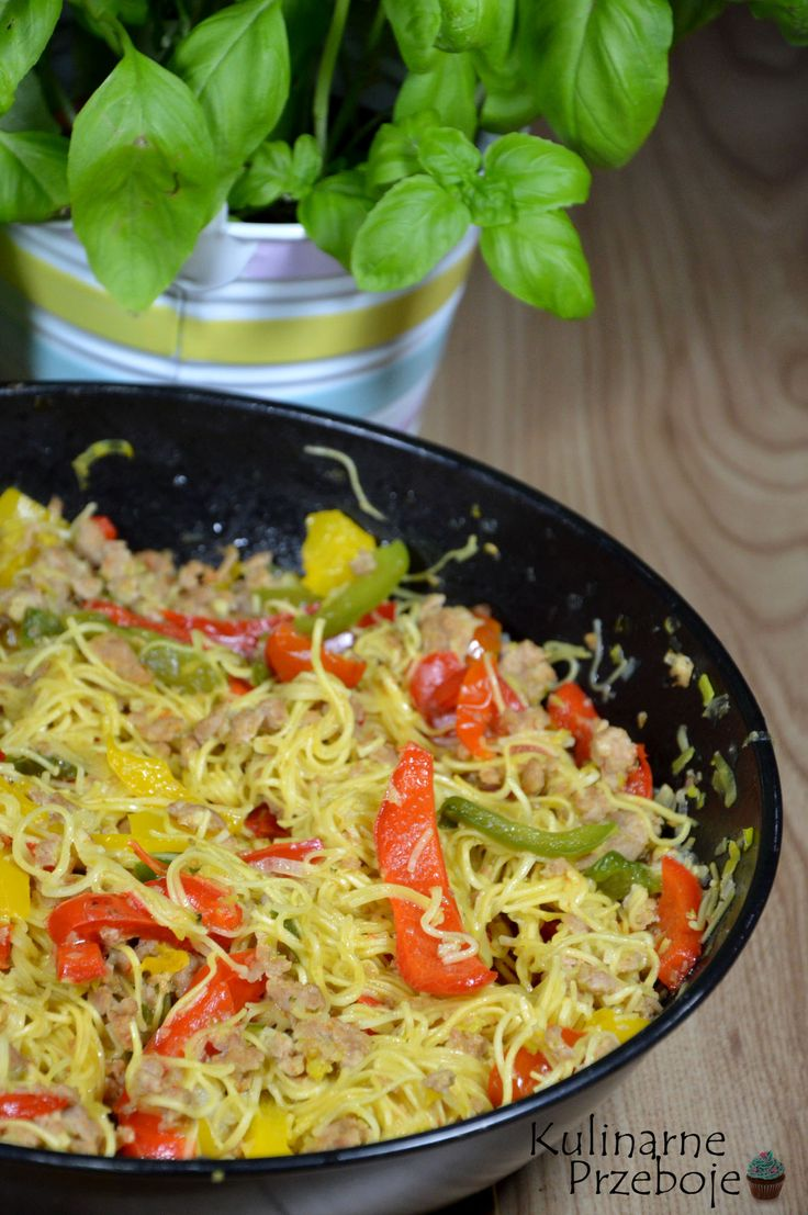 Makaronowa patelnia z mięsem mielonym, Makaron Chow Mein z mięsem mielonym i warzywami, Makaronowa patelnia z warzywami i mięsem mielonym.
