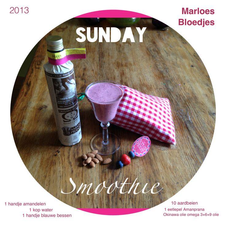 Sunday smoothie met blauwe bessen, aardbeien, amandelen en okinawa olie happy perilla special van Amanprana