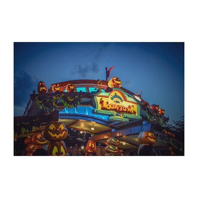 Instagram【3koki.k】さんの写真をピンしています。 《日没寸前のトゥーンタウン。  #disney#tokyodisneyland#land#TDL#beautiful#ディズニー#海#東京ディズニーランド#followme #instagood #followalways #ディズニーハロウィーン#トゥーンタウン#夜景 #happy #disneyresort #disneyphoto》