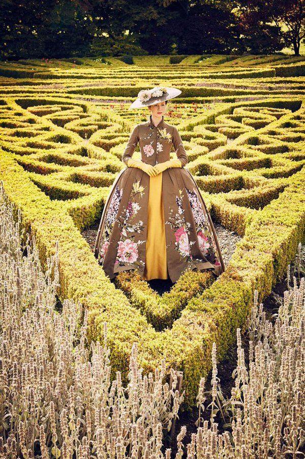 Cinéma, série Outlander, femme dans un jardin, jaune