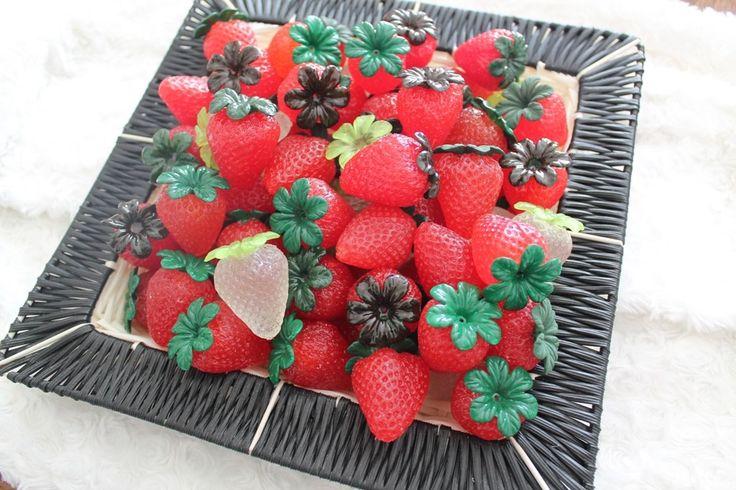 corbeille décorative de fraises en résine : Accessoires de maison par tom-fimo-creations