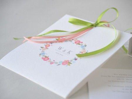 λευκή ανοιξιάτικη πρόσκληση γάμου με στεφάνι από λουλούδια