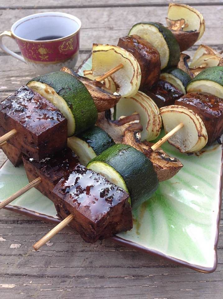 SWEET GINGERY TOFU BROCHETTES These brochettes are sweet, gingery, sticky, and the veggies bring a freshness and a savoriness. They are simply gorgeous.| Simply vegelicious