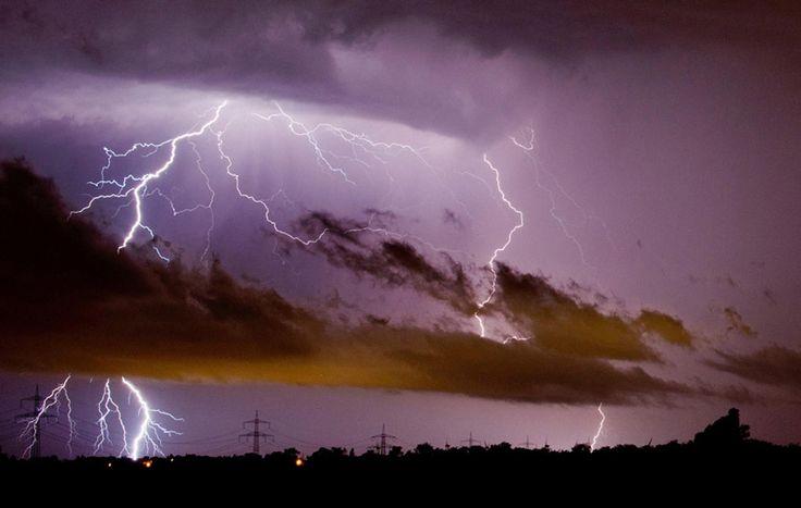 Un temporale a Sehnde, vicino a Hannover, in Germania, il 10 giugno.
