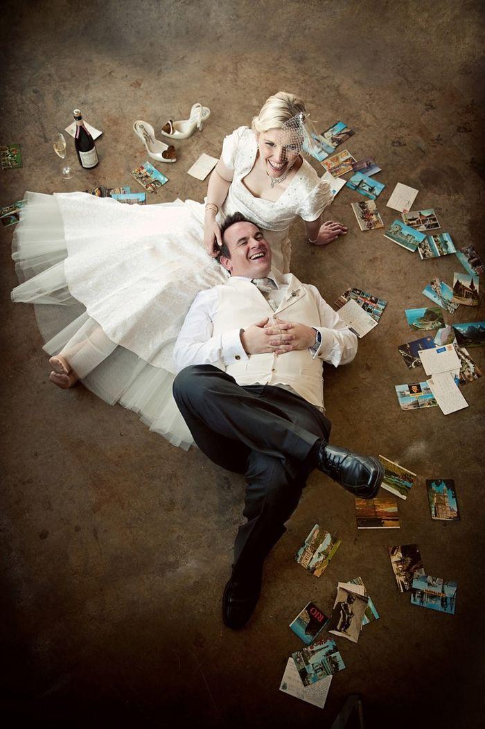 une photo de couple originale et créative en pose décontractée, couple de marié allongé par terre