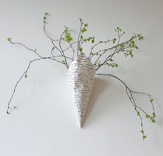 Wand-Pflanzer aus weiß waschbar Papier - Birke Rinde Design hergestellt. Es ist extrem leicht, robust Wand-Vase und zum Aufhängen an einem Haken/Nagel an der Wand geeignet. Es hat zwei 10mm große Öse Löchern und eine Naht auf der Rückseite. Platzieren Sie Ihre Grünpflanzen oder getrocknete Blumen auf Ihre Wände in eine einfache, schöne und natürliche Weise.  !! Bitte beachten Sie, dass das Pflanzgefäß noch einen Kunststoff-Topf müsste oder eine Plastiktüte im Inneren, dass verhindern, das…