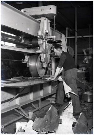 """""""Omstreeks 1900 komen er stoomfabrieken met een gemechaniseerd productieproces. Het vervaardigen van schoenen is een ingewikkeld proces dat bestaat uit een groot aantal verschillende handelingen. Pas na 1900 slaagt men er in om het zwikken -  het verbinden van de schacht aan de binnen- en buitenzool - te mechaniseren. Klik op de foto voor het hele verhaal!"""