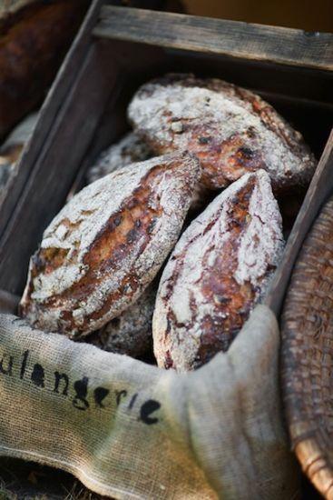 Det här underbara surdegsbrödet har en härlig skorpa och lite segt inkråm. Brödet har en god, söt och frisk smak av äpplen som gifter sig utmärkt med valn...