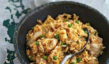 Çin yemeği olur da kızarmış pirinç olmaz mı? E ama hep beyaz pilav hep beyaz pilav nereye kadar, hadi biraz da kızartın şu pirinçleri :) tarifi cin.yemekleri.tv'de #kızarmış #pirinç #tavuklu #yemekler #çin #yemekleri #mutfağı #tarifi #yemekleri #ev #yapımı #dünya #değişik #etli #sebzeli