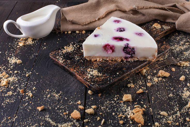 Йогуртовый торт с ежевикой.  Юбилейное печенье, сливочное масло, молоко, йогурт классический, желатин, ежевика, сахар. Подробный рецепт можно найти в архиве рецептов на сайте http://vkusnadom.ru/  Готовить изысканные ресторанные блюда легко с ВкусНаДом!) Заказ можно сделать на сайте http://vkusnadom.ru/ или в группе в вк https://vk.com/vkusnadom