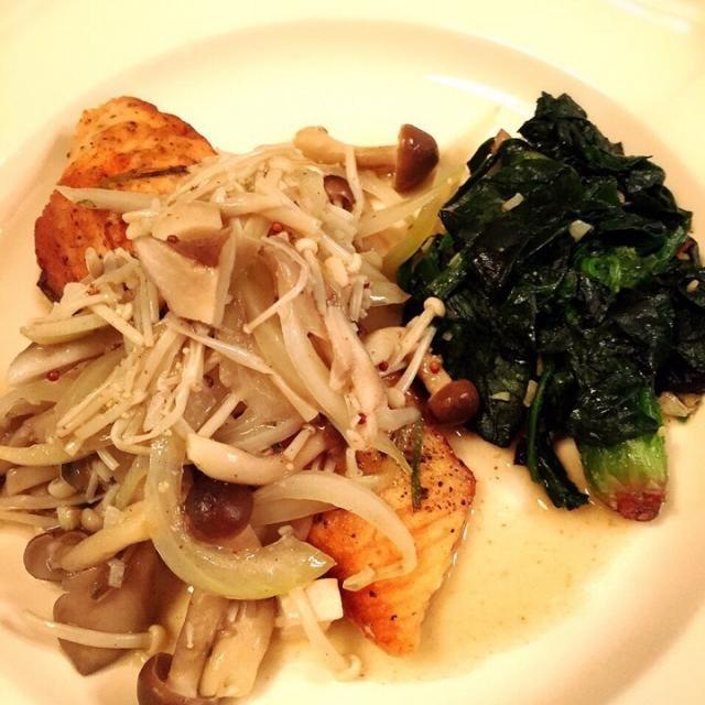 初料理は洋食にしてみました。 - 21件のもぐもぐ - 鮭のムニエル きのこソース & ほうれん草のバターソテー by nakataka