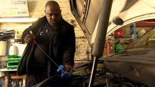 Image caption                                      Desde su taller, McKellar crea conciencia sobre el cáncer de próstata.                                En el barrio de Hackney, en el este de Londres, Errol McKellar tiene un taller mecánico.  Miles de clientes llevan sus vehículos a su garaje para revisar el aceite, el