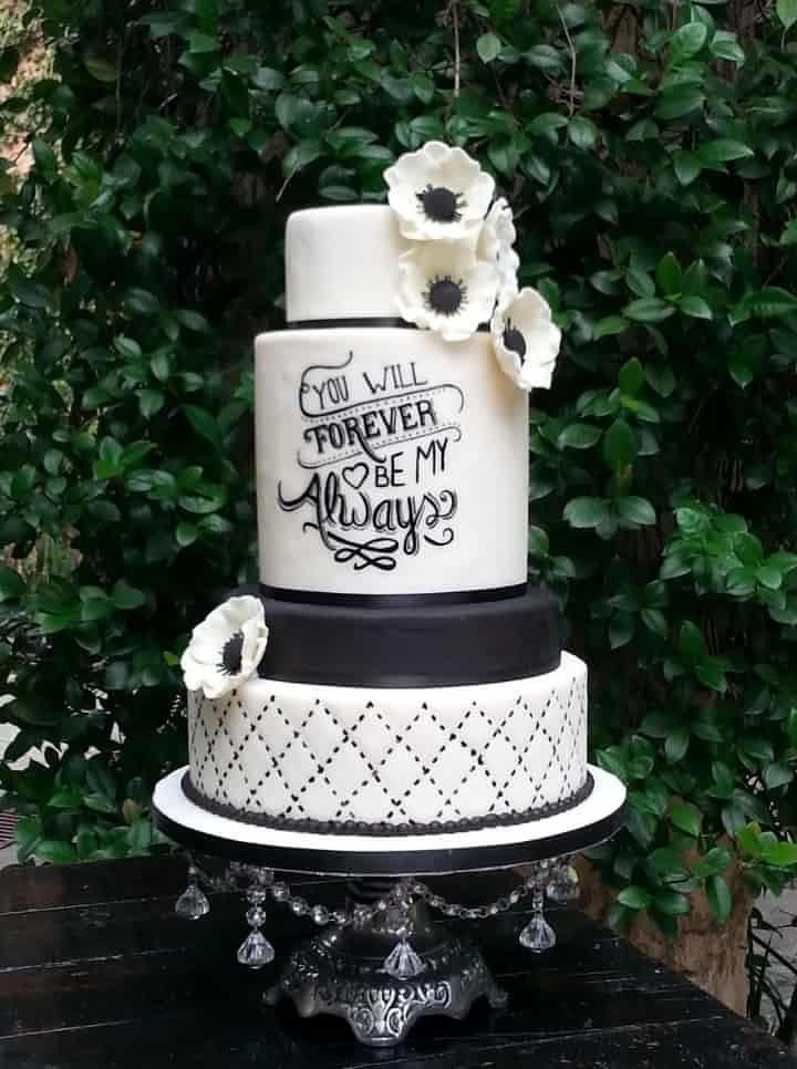 Pastel blanco y negro de fondant para la boda/  Allegro Pastelería