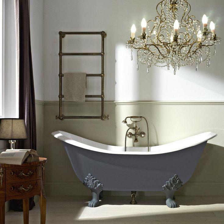 baignoire patte de lion en gris anthracite, soubassement en bois assorti et lustre cristal