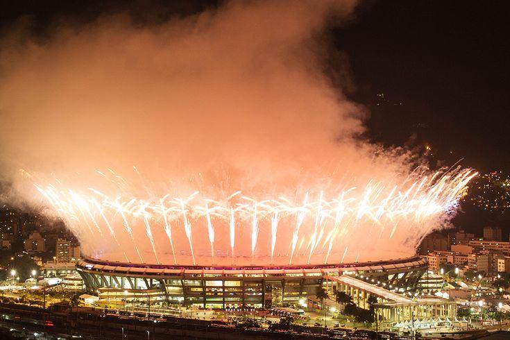 Cerimônia de abertura dos Jogos Olímpicos do Rio, no estádio do Maracanã, vista a partir do morro da Mangueira (Diego Padgurschi - 5.ago.2016/Folhapress)