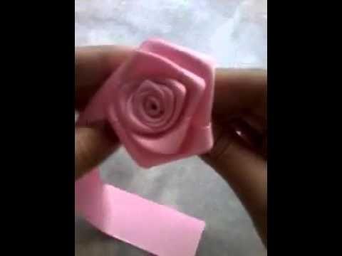 Passo a passo para Aprender como fazer flor de fita de cetim.  Neste Vídeo Ensinamos como fazer flor de fita de cetim neste breve passo a passo