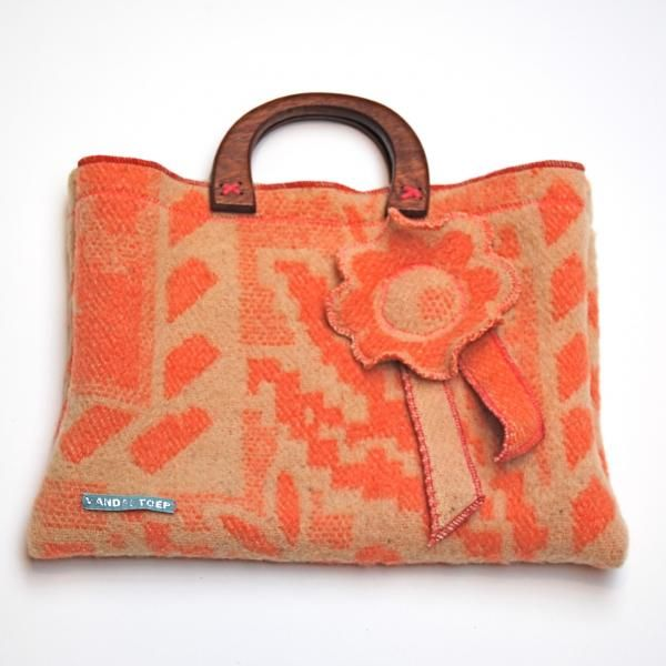 tas vintage deken oranje, cute bag, felted wool fabric, and wooden handle.