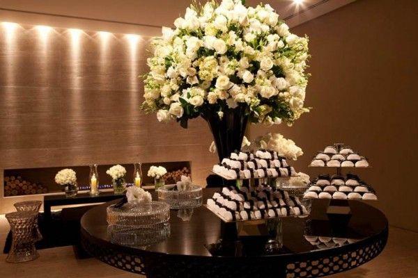 Arranjo suspensos, lustres e muitas mesas espelhadas deram o tom na decoração deste casamento no Espaço Lodutti. A produção foi de Roberta Fasano (clique) que escolheu somente flores brancas para compor os arranjos. (imagens:Fernando Mucci/Platinum Photoimagem)