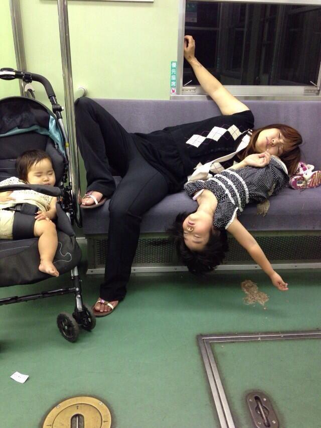 これはひどい。。。 RT 電車でこんな寝相悪い家族いんのかよwww