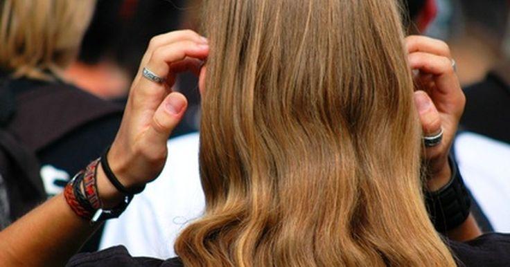 Como hacer crecer cabello más grueso. Una cabellera gruesa, y suelta es un hermoso atributo. Si tu cabello aparenta estar menos lozano de lo que recuerdas, tal vez deberías consultar a un médico, ya que la caída de cabello puede ser un indicio temprano de diversos problemas de salud. No obstante, si solo lo quieres tener más grueso y saludable, y no tienes problemas de caída de ...