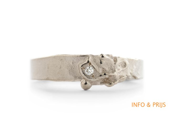 Ring in white gold with rough structure