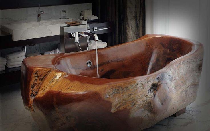 Baignoire en bois une vraie pièce artistique trônant au milieu de la salle de bains
