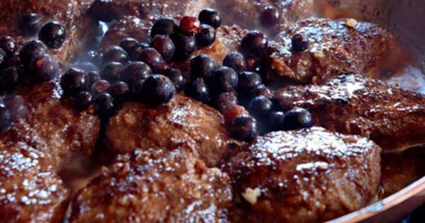 När jag har hela jakt gänget hemma på middag brukar jag göra älgfärsbiffar, för det går alltid hem. Jag har lite konjak och ordentligt med grädde i färsen, och jag serverar biffarna med vanlig gräddsås eller som här med svartvinbärssås. Helst ska färsen vara gjord på kött från älgkalv. Älgkalvskött är i mitt tycke det godaste viltköttet. Det liknar kalvkött från oxe.
