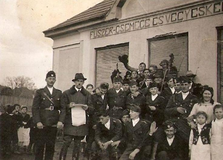 """""""Szövetkezet"""" épülete előtt 1940-es évek."""