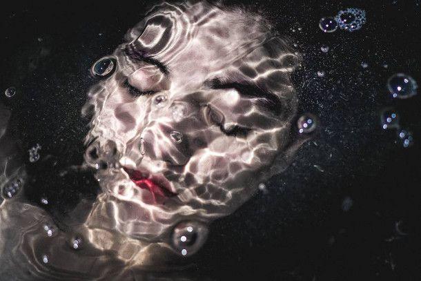 fotografie-silhouetten-natuur-4 De Franse fotograaf Julie Cherki fotografeerde deze poëtische beelden van mannen en vrouwen in het wild. De dromerige foto's laten de symbiose zien tussen de modellen en de elementen: van water, aarde tot aan planten.