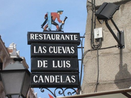 Las cuevas de Luis Candela Dit restaurant is een van de beste van Madrid. Je ontdekt hier de een echte traditionele Spaanse sfeer; ook het interieur is typisch Spaans met tegeltjes, hout en kruiken aan het plafond. De specialiteit hier is geroosterd speenvarken: subliem. Reserveren is wel echt nodig, het zit hier altijd vol! Las cuevas de Luis Candela zit op Calle de Los Cuchilleros, 1, Madrid. Het dichtstbijzijnde metrostation is Puerta del Sol (lijn 1, 2 en 3)