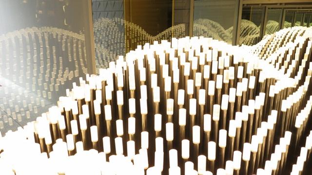 Muti Randolph crée une vague de lumière dans la vitrine d'un magasin de Rio   The Creators Project
