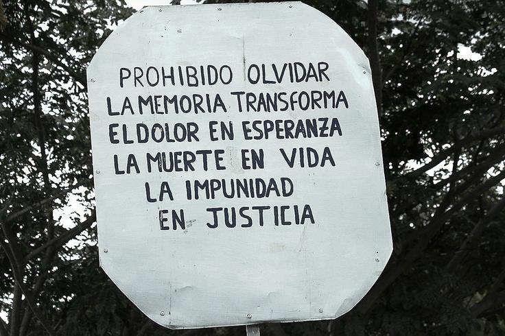 Cartel del mausoleo. Crédito Rodrigo Grajales, 2012.