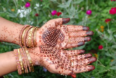 Homemade Henna Tattoos - More than a wonderful natural recipe. Good behind the tattoo information.