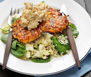 Det gröna köket bjuder på massor av läckerheter, som till exempel det här receptet på färgglada sesam- och morotsbiffar. För att lyfta smakerna i biffarna ytterligare serveras en hemmagjord hummus och couscoussallad med bladspenat och smulad fetaost till.