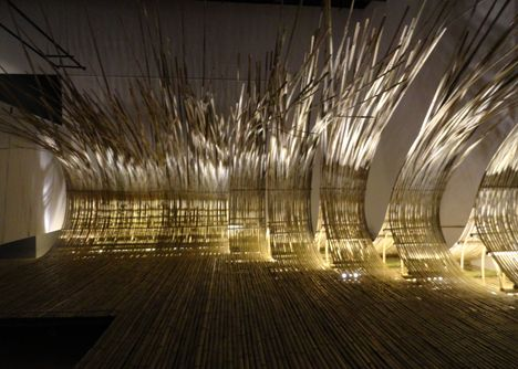 pour fermer l espace entre les pilotis - Telepathy bamboo installation by Kengo Kuma