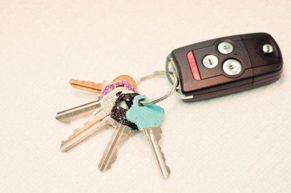 Personalizando as chaves de casa com esmalte   Blog do Casamento - http://www.blogdocasamento.com.br/vida-de-casada/organizacao-da-casa/chaves-de-casa-com-esmalte/