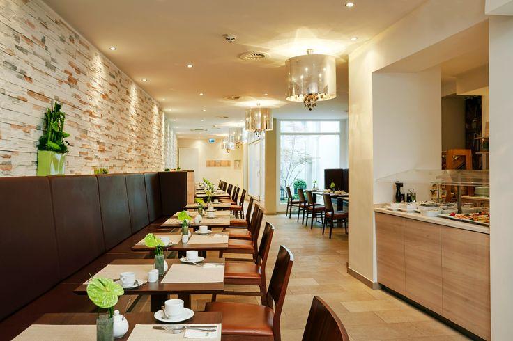 Restaurant mit Blichk auf einen Teil des Buffets   H+ Hotel München City Centre B&B