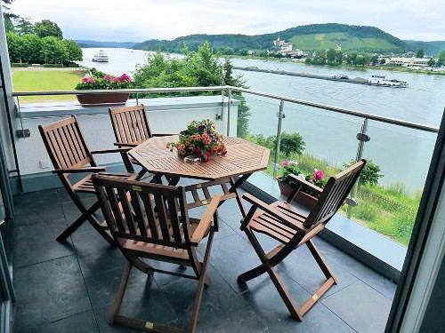 Bad Breisig am Mittelrhein: Ruhige, helle, u. moderne Neubauwohnung direkt am Rheinufer von Bad Breisig mitten im gepflegten Kurpark mit altem Baumbestand.   Blick vom Balkon auf den Rhein …