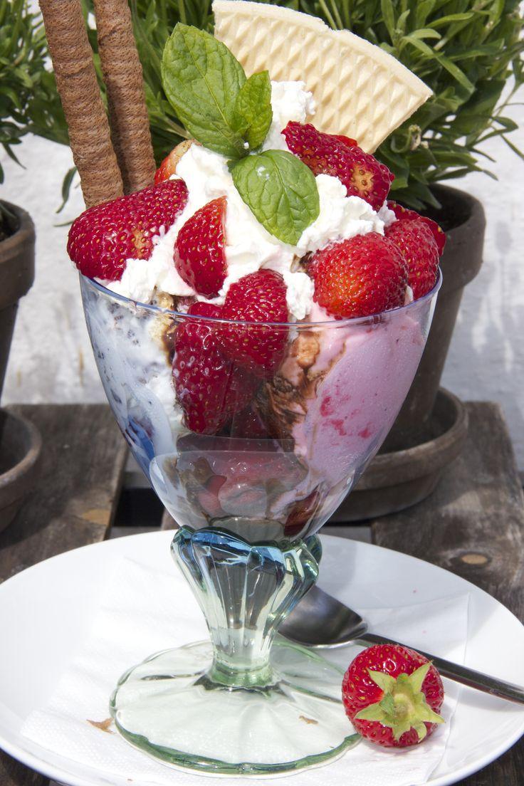 #Sommer er #istid, også på #Nyord. Her fås mange forskellige #isanretninger, som #'jordbærdrømmen'. Vores is er fra #Sicilien og suppleres med frisk #frugt eller en af vores lækre #likører. #smag #taste #nyd #noorbohandelen #café #govisitmoen