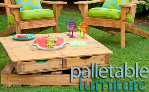 How to make a revolving table (out of pallets): Here's a piece of outdoor furniture with a difference – it's made of two pallets, one on top of the other, but with a turntable that allows the top pallet to rotate.