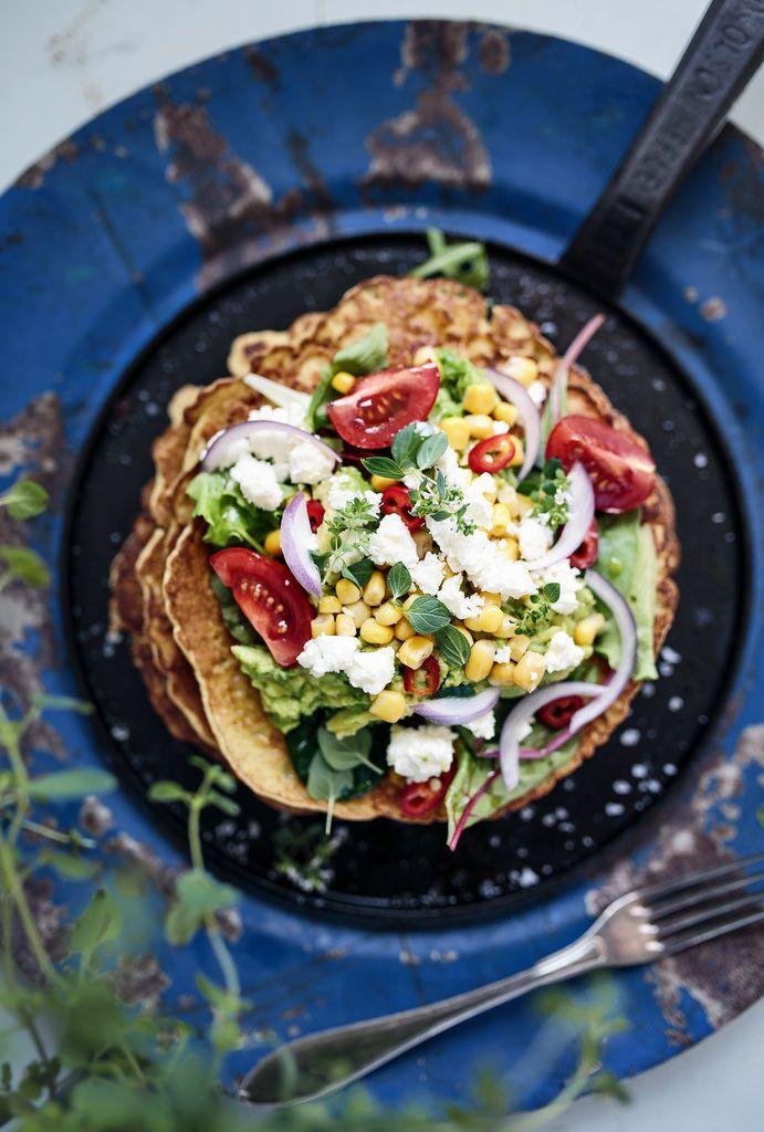 Jisses så gott det är med krispiga, mättande kikärtspannkakor toppade med fräscha grönsaker, sallad, avokado och fetaost! Riktigt god sommarmat som är enkel att variera med olika röror, ostar...