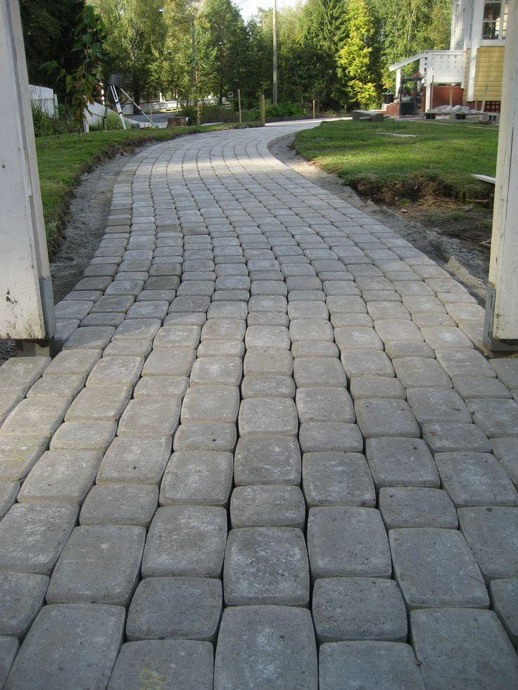RudusPiha Facebook seurantakohde 2014. Käytävään on asennettu harmaat Klassikkokivet. http://www.rudus.fi/pihakivet